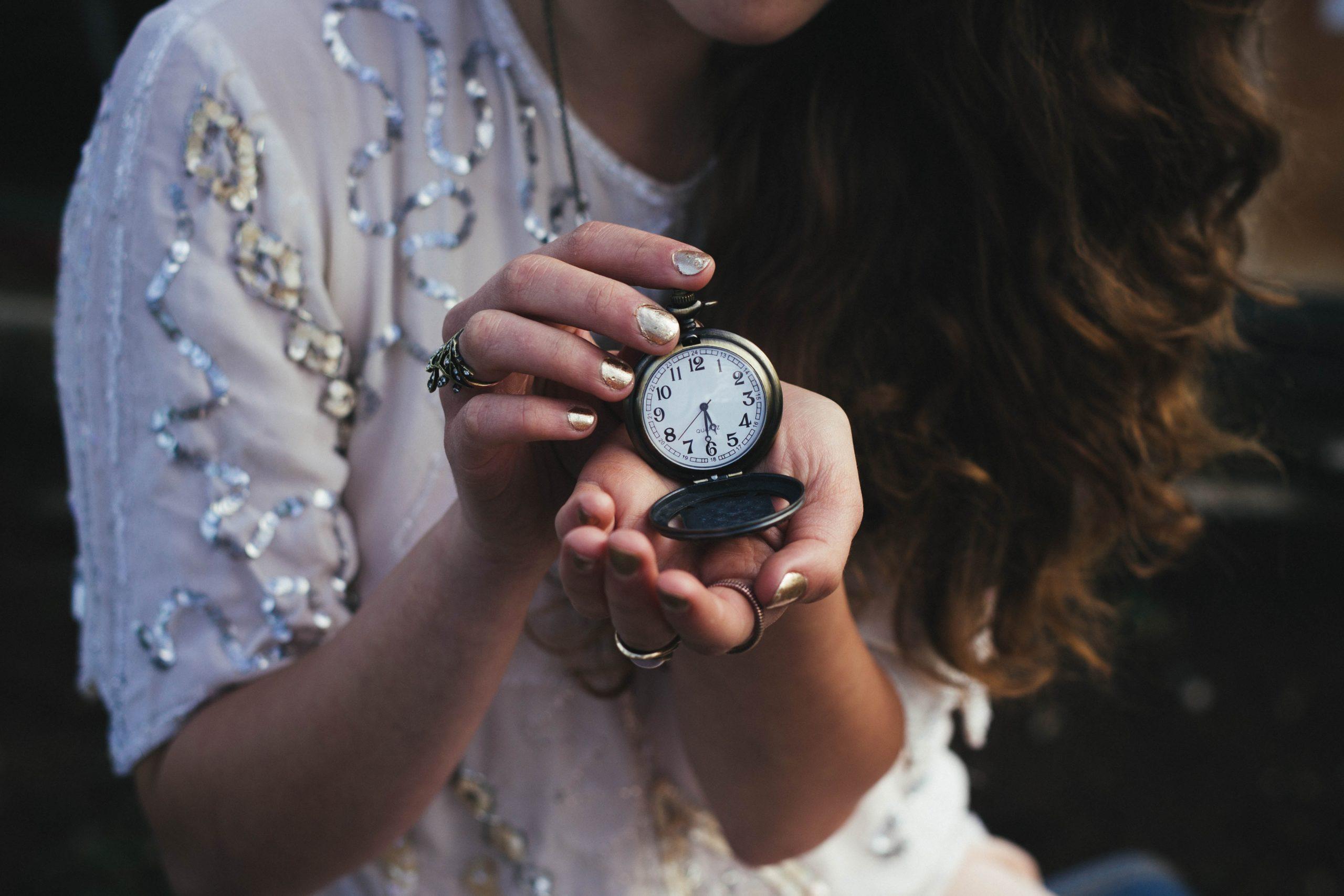femeie ce tine un ceas