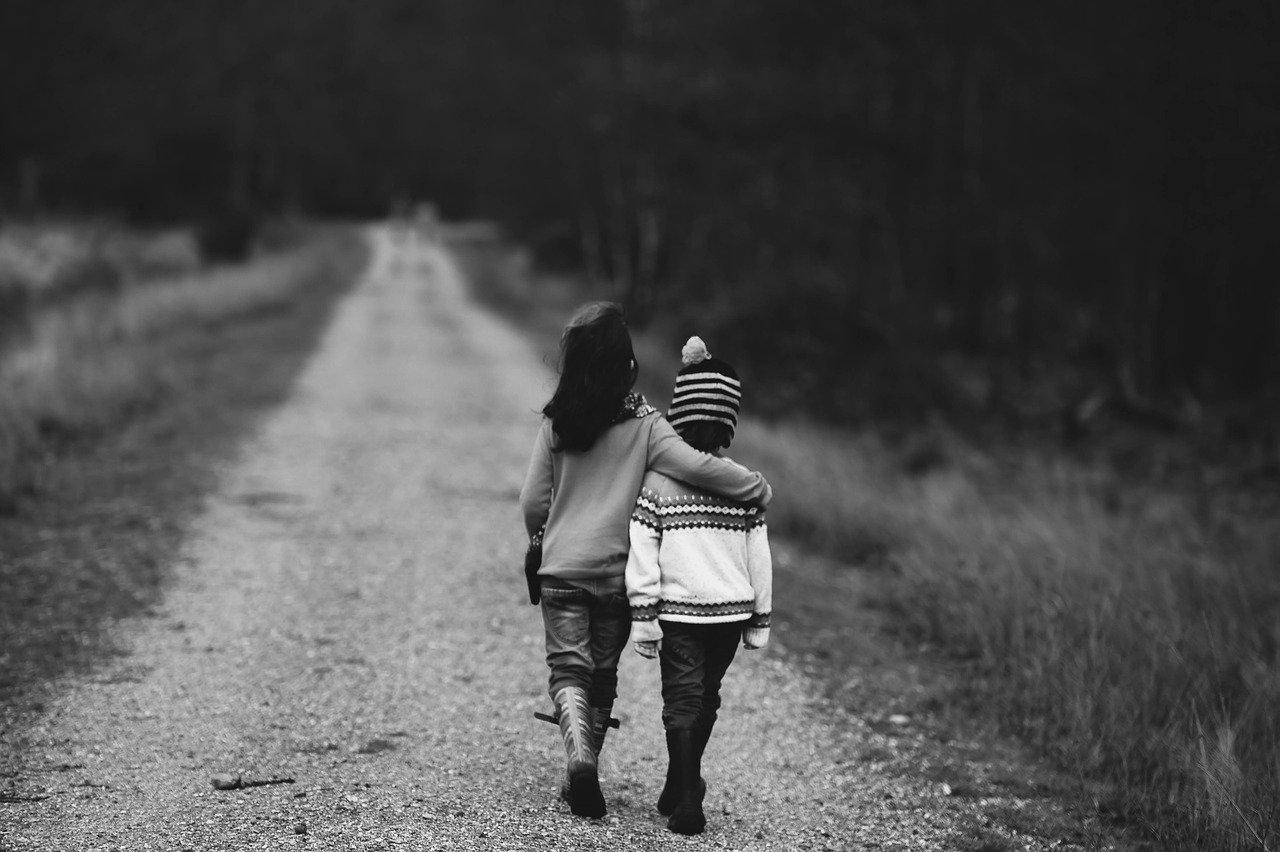 doi copii pe drum