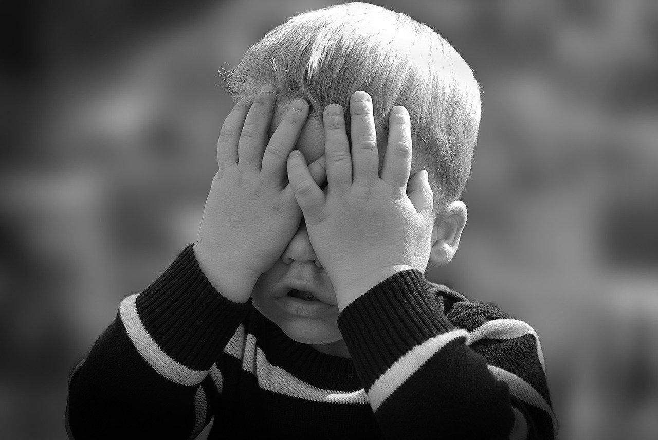 copil cu mainile la ochi