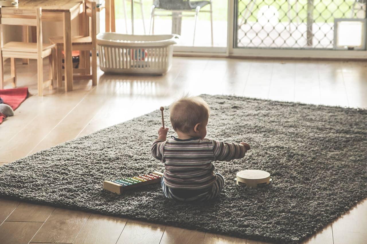 copil ce se joaca